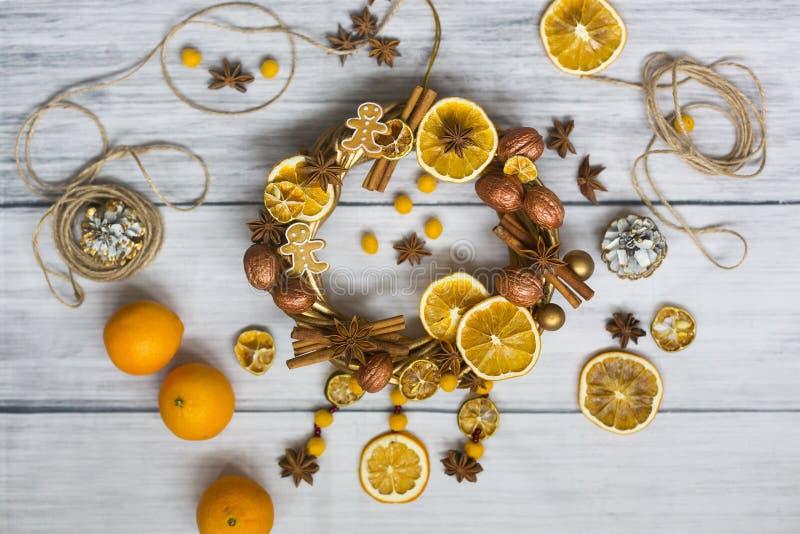 Il Natale si avvolge o corona del nuovo anno fatta dei rami e noci dorate, bastoni di cannella, fiori di badian o anice, ora secc fotografie stock