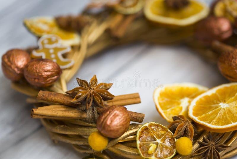 Il Natale si avvolge o corona del nuovo anno fatta dei rami e noci dorate, bastoni di cannella, fiori di badian o anice, ora secc immagine stock libera da diritti