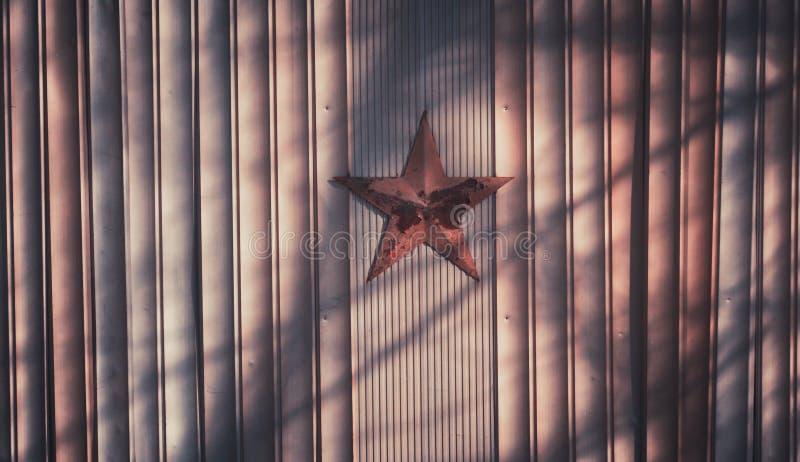 Il Natale si avvolge su fondo di legno con la stella rossa fotografie stock