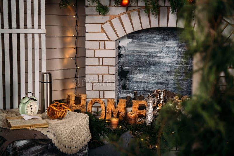 Il Natale si dirige la decorazione con l'albero di Natale vicino al camino Concetto di natale e del nuovo anno di vacanza inverna fotografia stock