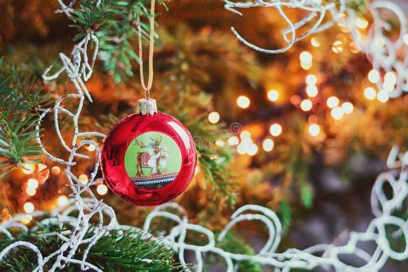 Il Natale si ramifica con una palla di Natale decoreated con un reindee fotografia stock libera da diritti