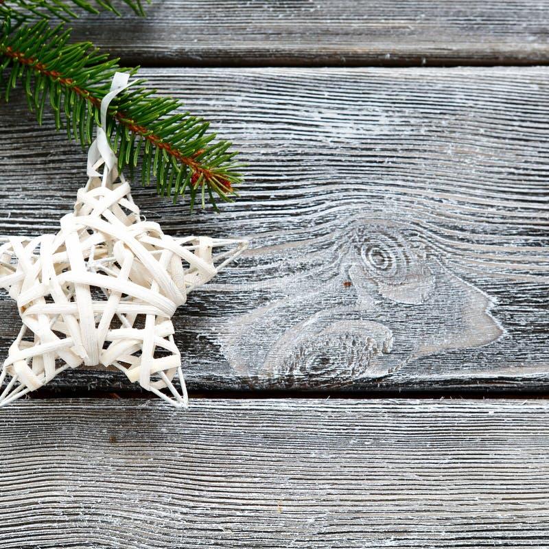Il Natale star sul ramo di un pino immagini stock