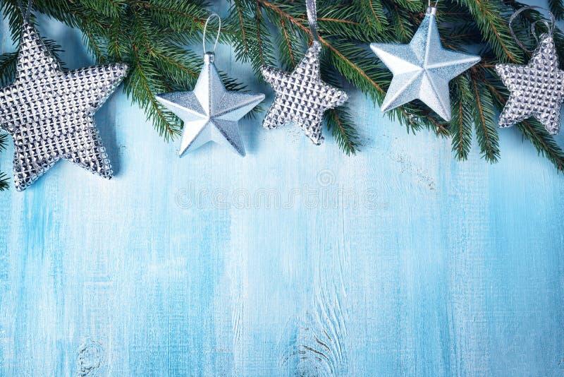 Il Natale stars su fondo di legno con i rami di albero dell'abete immagini stock libere da diritti