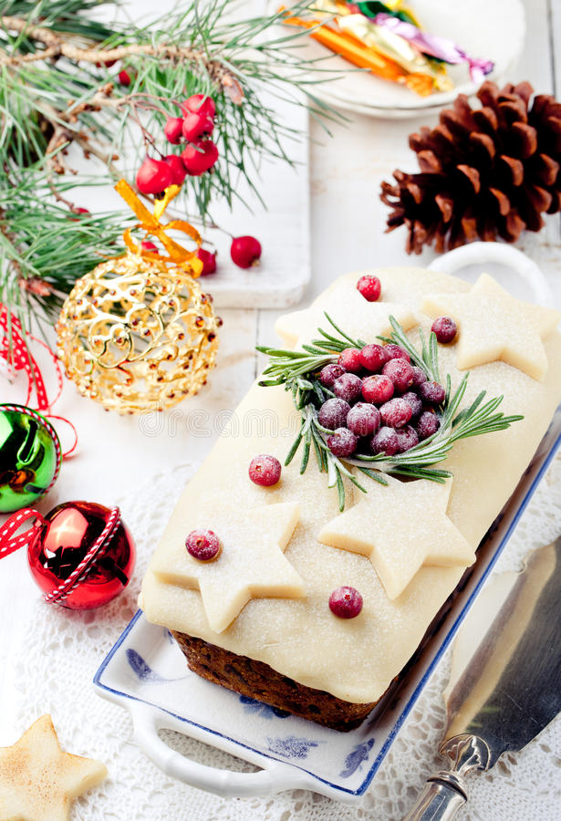 Il Natale tradizionale fruttifica budino del dolce con marzapane ed il mirtillo rosso fotografia stock