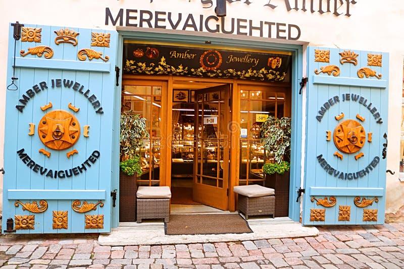 Il negozio ambrato vende i regali ed i ricordi ai turisti, Estonia immagini stock libere da diritti