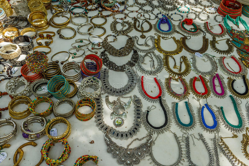 Il negozio della via che vende gli ornamenti delle donne del metallo o i gioielli gradisce la collana, le catene, i braccialetti, fotografia stock libera da diritti