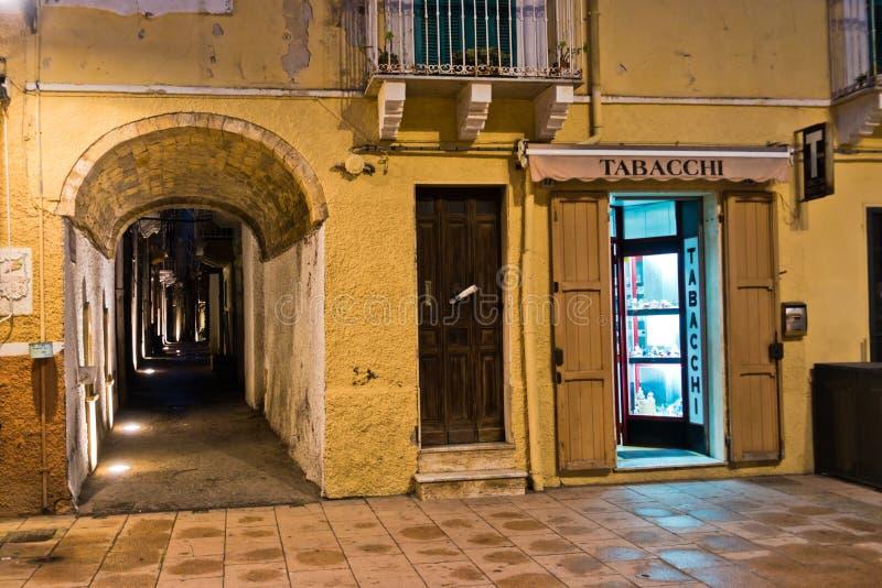 Il negozio di tabacco ed il passaggio stretto a Carloforte harbor, isola di San Pietro, Sardegna fotografia stock