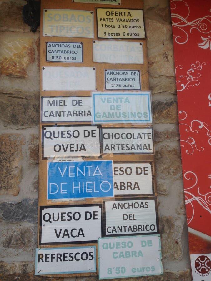 Il negozio firma dentro Santillana Del Mar fotografia stock libera da diritti