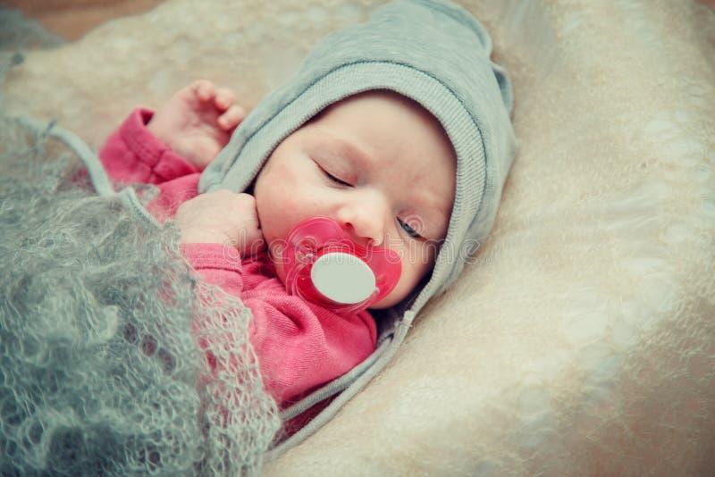Il neonato si trova in una greppia immagini stock