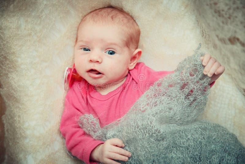 Il neonato si trova in una greppia fotografia stock