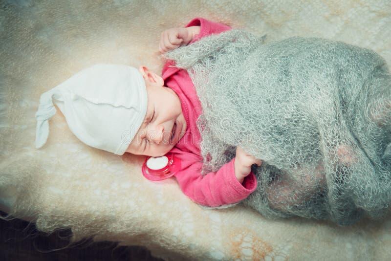 Il neonato si trova in una greppia immagine stock libera da diritti