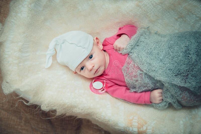 Il neonato si trova in una greppia fotografie stock libere da diritti