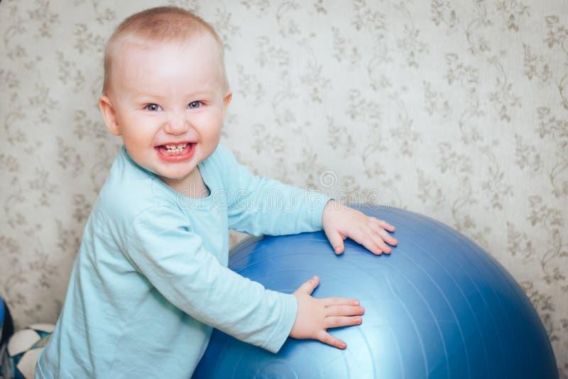 Il neonato sta ridendo con la grande palla immagine stock libera da diritti