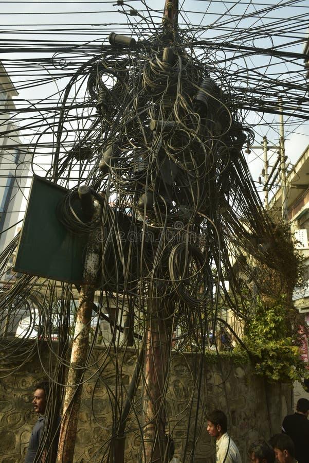 Il Nepal, cavi impigliati che assicurano elettricità, fotografia stock libera da diritti