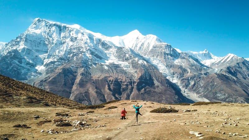 Il Nepal - trekking delle coppie nel circuito di Annapurna fotografia stock