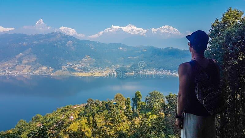 Il Nepal - uomo che esamina il lago Pokhara da sopra immagini stock