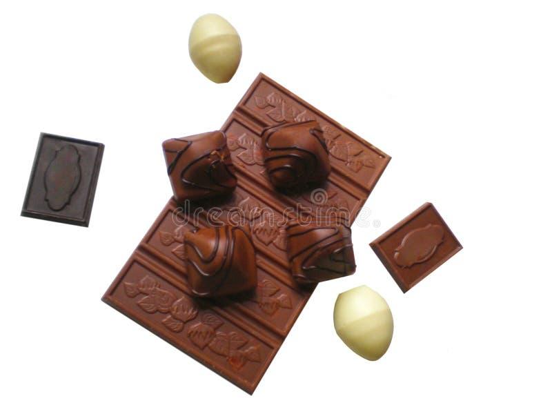 Il nero e cioccolato al latte con le mandorle fotografia stock libera da diritti
