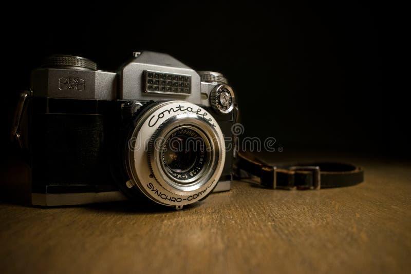 Il nero e Grey Bridge Camera sulla piattaforma di legno di Brown immagine stock