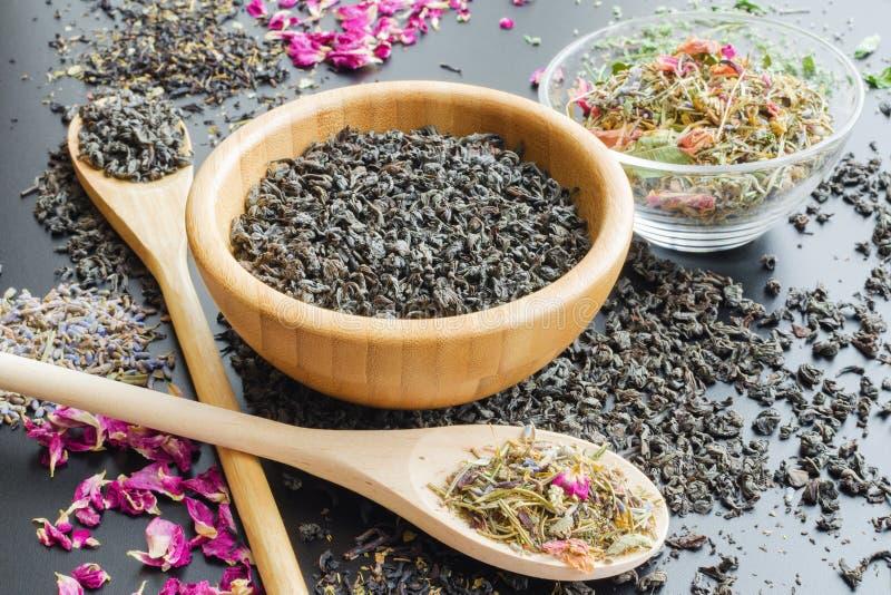 Il nero e tè asciutto di erbe fotografia stock