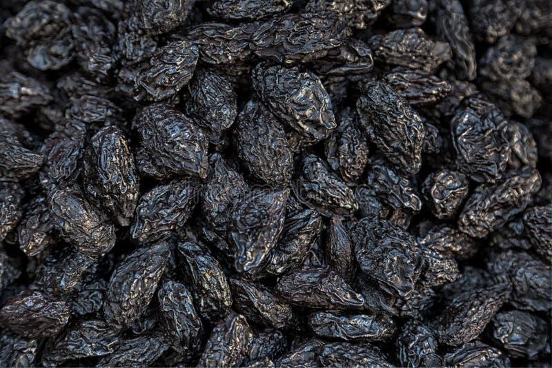 Il nero splendido ha asciugato le prugne su un mercato in Fes immagine stock