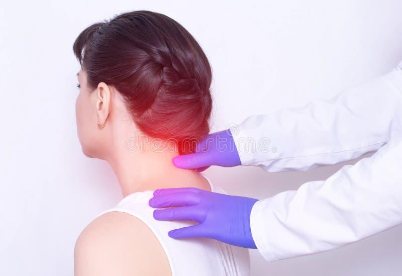 Il neurologo di medico esamina il collo irritato del paziente su un nervo e su una sporgenza pizzicati della spina dorsale, medic fotografie stock