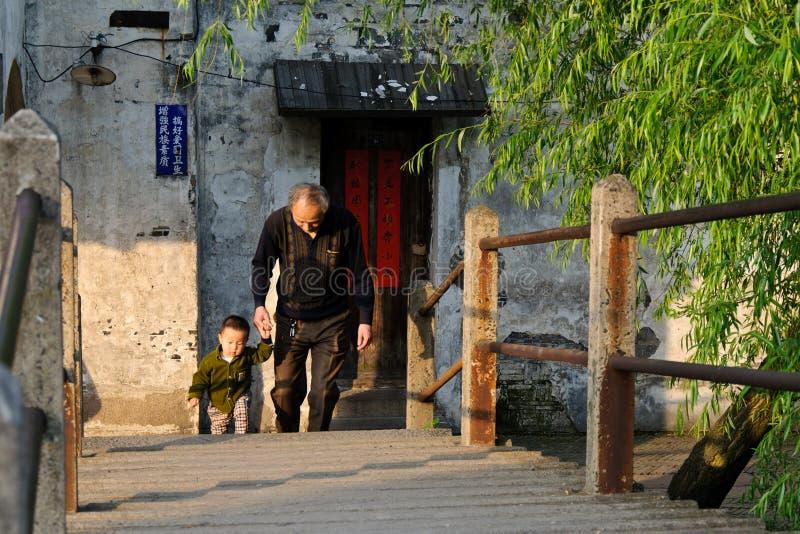 Il nonno ed il nipote immagini stock