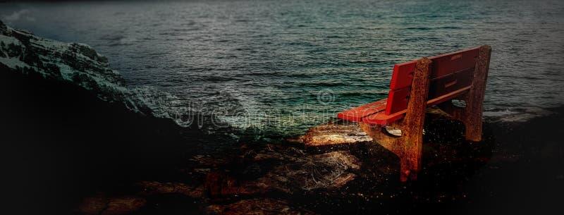 il nostro banco rosso sul lago immagini stock