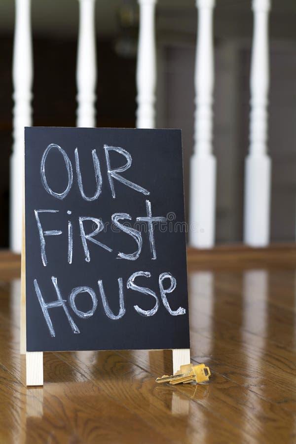 Il nostro primo segno della casa con le chiavi verticali immagine stock libera da diritti