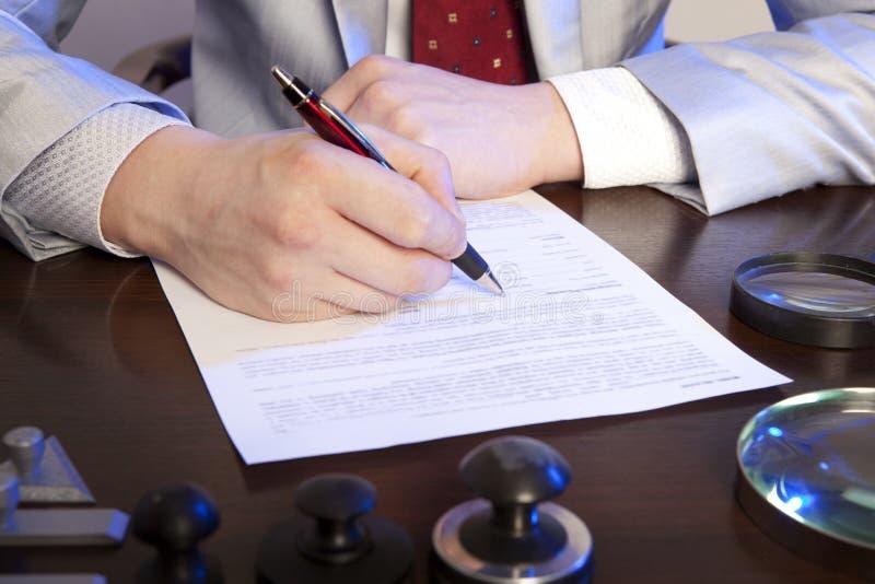 Il notaio firma i documenti dal nostro ufficio fotografie stock