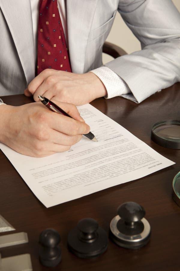 Il notaio firma i documenti dal nostro ufficio fotografia stock