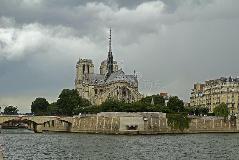 Il Notre leggendario Dame Cathedral è individuato nel centro di Parigi sull'isola di Cité Prima che il fuoco terribile sia f fam immagine stock