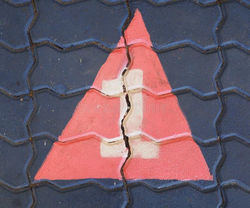 Il numero uno in un triangolo è sul campo da giuoco del sentiero per pedoni immagini stock