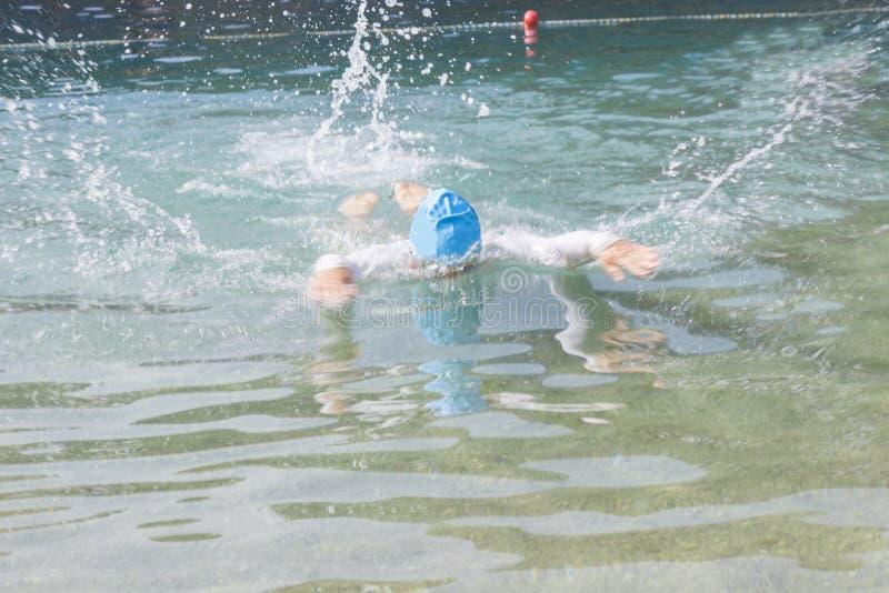 Il nuotatore si tuffa nelle profondità del mare Fondo immagine stock libera da diritti