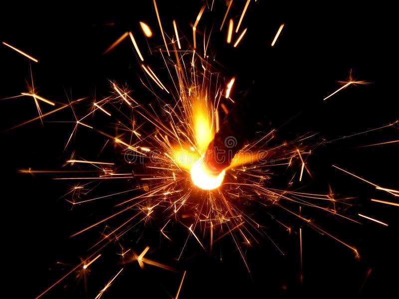 Il nuovo anno con le stelle filante scintilla su un fondo nero immagine stock libera da diritti