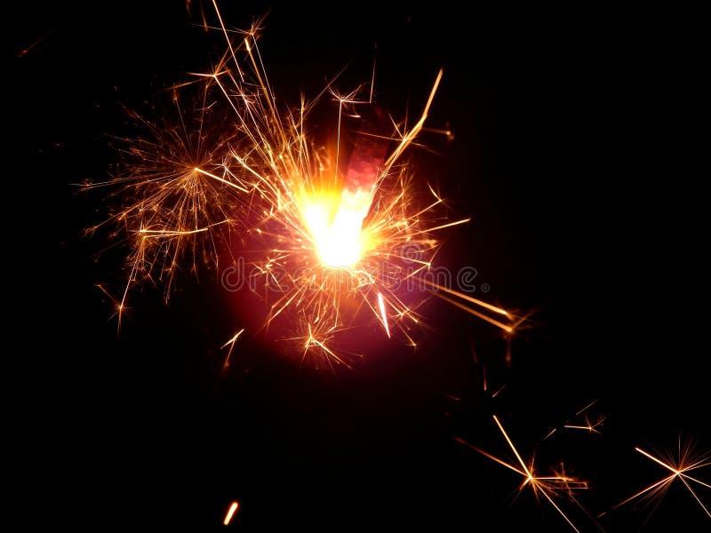 Il nuovo anno con le stelle filante scintilla su un fondo nero fotografia stock libera da diritti
