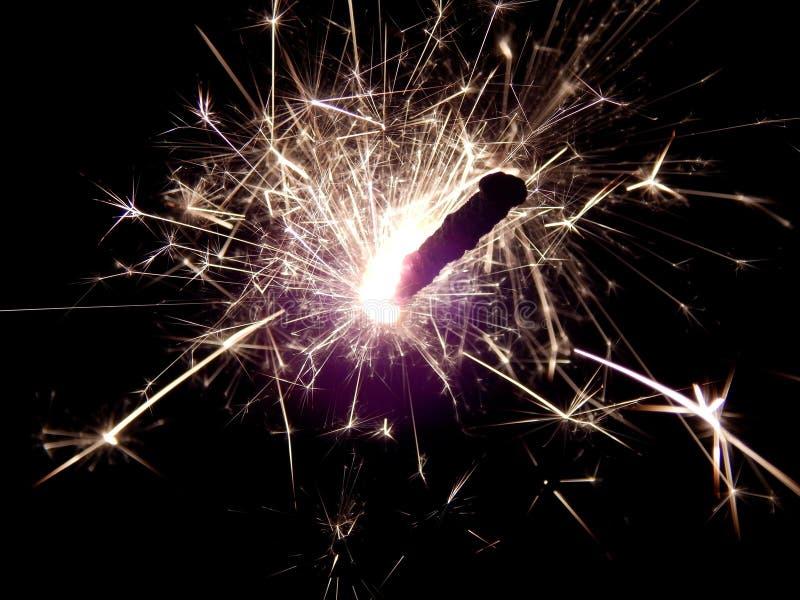 Il nuovo anno con le stelle filante scintilla su un fondo nero fotografia stock
