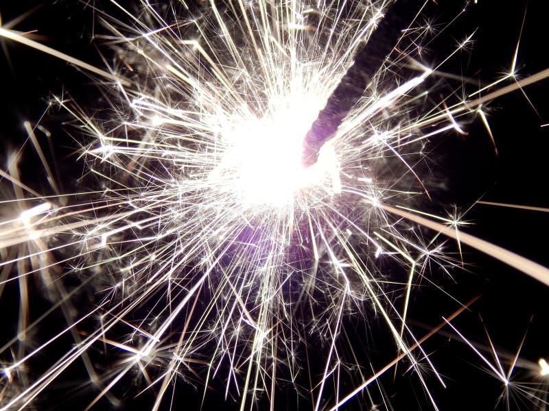 Il nuovo anno con le stelle filante scintilla su un fondo nero immagine stock