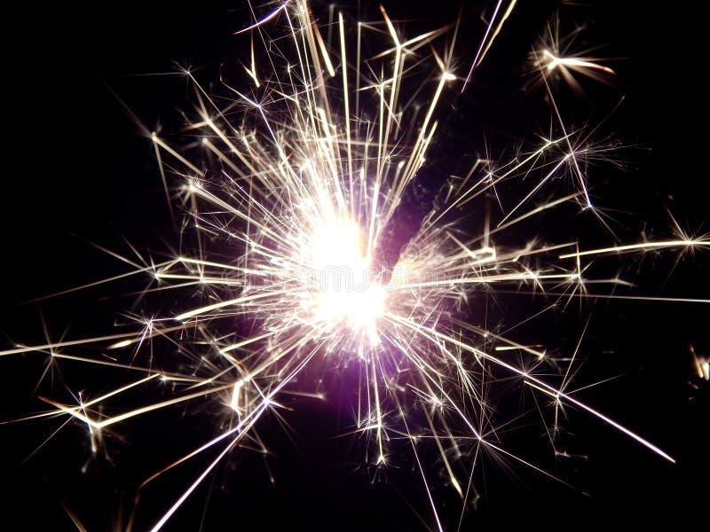 Il nuovo anno con le stelle filante scintilla su un fondo nero fotografie stock libere da diritti