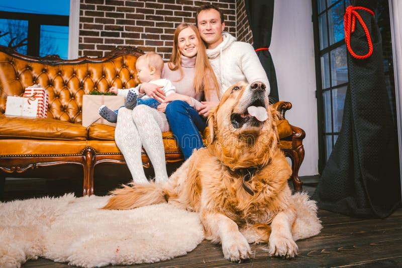 Il nuovo anno di tema e le feste di Natale in un'atmosfera della famiglia Figlio e cane caucasici del papà della mamma della fami fotografie stock