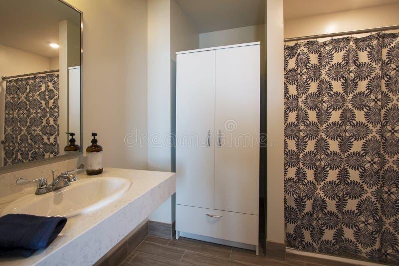 Il nuovo bagno ritocca fotografia stock. Immagine di domestico ...