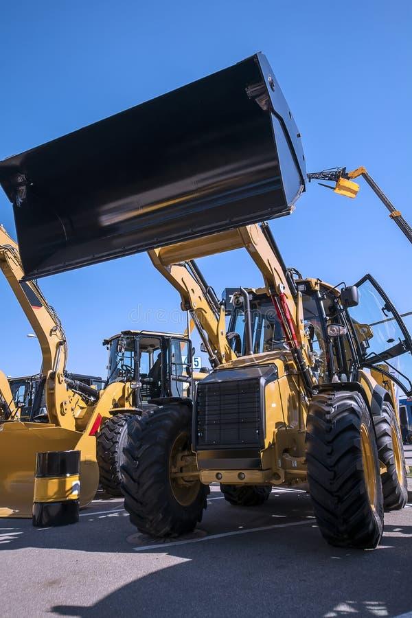 Il nuovo bulldozer universale con la benna alzata immagini stock libere da diritti
