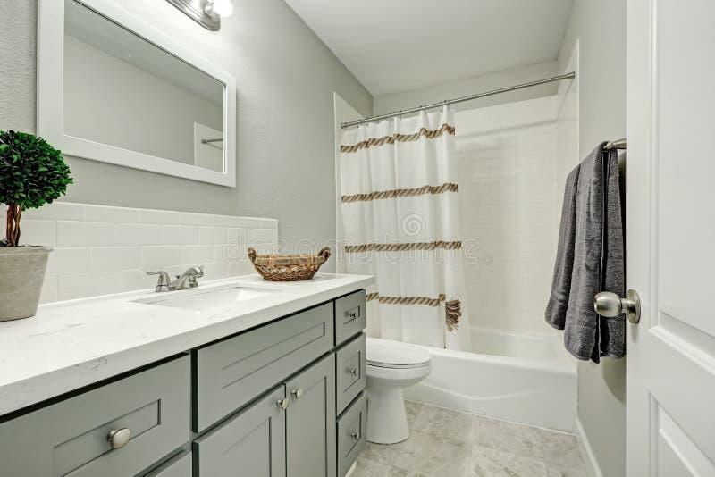 Ripiano bagno finest tougmoo sala da bagno in ottone antico ripiano bagno ripiano con tazza di - Tazza del bagno prezzo ...