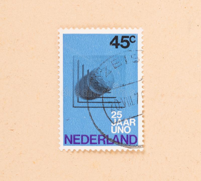IL 1970 OLANDESE: Un bollo stampato nei Paesi Bassi mostra 25 anni di ONU, circa 1970 fotografia stock libera da diritti