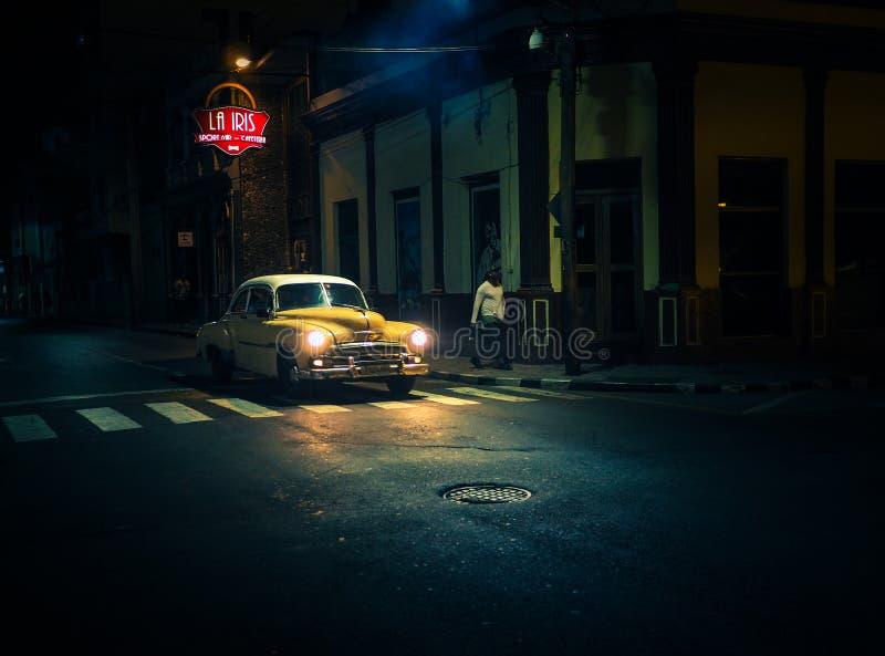 Il oldtiemr giallo passa da una barra alla notte nell'ambito di uno spirito della lampada di via fotografie stock libere da diritti