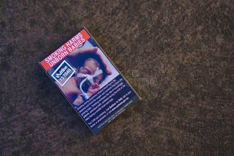 Il pacchetto australiano della sigaretta con il fumo nuoce ai bambini futuri firma fotografia stock