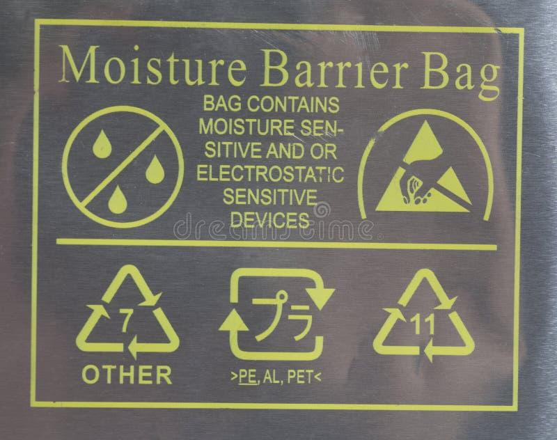 Il pacchetto con la posta della posta della borsa della barriera dell'umidità dell'etichetta firma fotografia stock libera da diritti