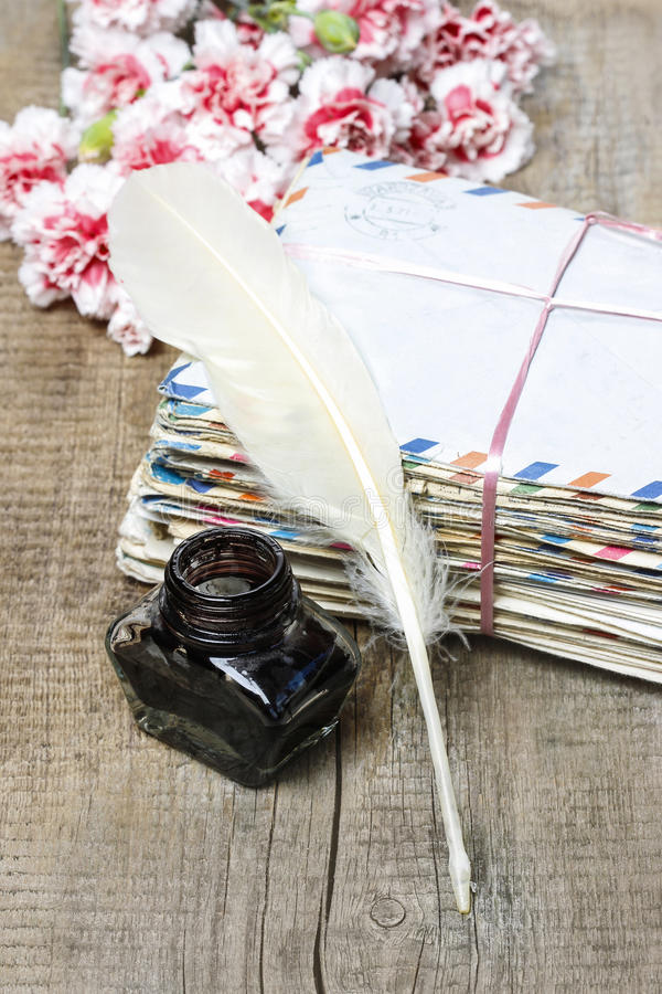 Il pacchetto di vecchie lettere e del garofano rosa fiorisce immagine stock