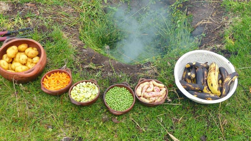 Il pachamanca è un rituale ancestrale degli indigeni delle Ande immagini stock libere da diritti