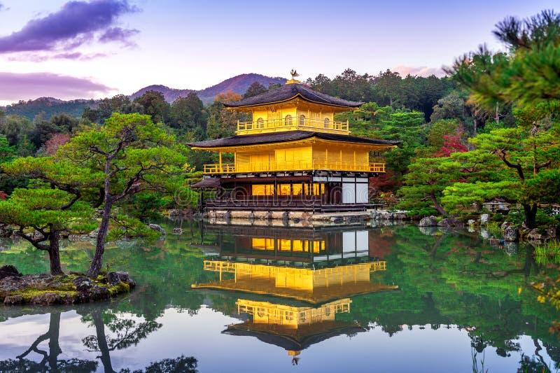 Il padiglione dorato Tempiale di Kinkakuji a Kyoto, Giappone fotografia stock libera da diritti