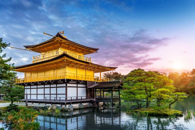 Il padiglione dorato Tempiale di Kinkakuji a Kyoto, Giappone fotografie stock libere da diritti